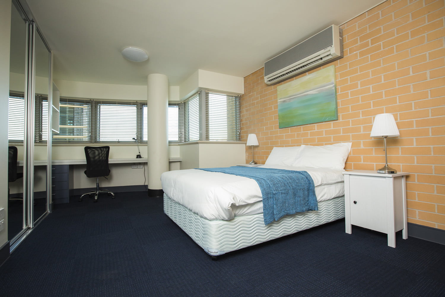 A Studio room featuring a double bed and air-conditioning
